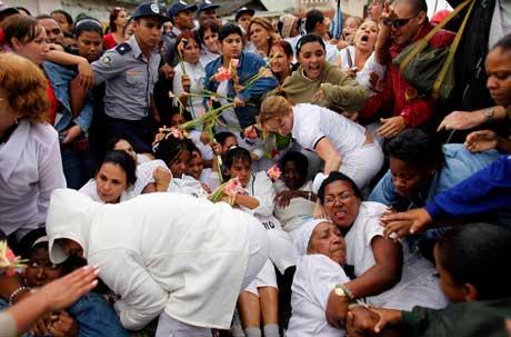 Las payasadas de las Damas de Blanco son la garantía para el pago. Y como si fuera poco, la policía cubana cuidando su integridad.