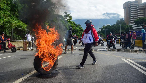 """Una calle trancada por """"niños ricos"""" de una urbanización de la clase media alta de Venezuela. Foto: Red58."""