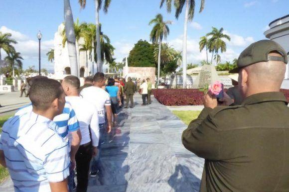 personas-rindiendo-tributo-a-fidel-en-santa-ifigenia-580x386