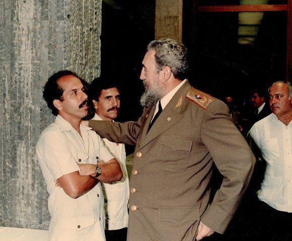 dialogando-con-fidel-en-el-palacio-de-la-revolucic3b3n-al-centro-salvador-combarro