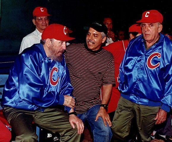en-el-estadio-latinoamericano-durante-el-juego-amistoso-de-bec3adsbol-cuba-venezuela-a-la-izquierda-el-entonces-jefe-de-su-escolta-general-josc3a9-delgado