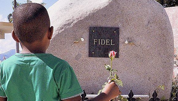 fidel-castro-tumba-piedra-cementerio-santa-ifigenia-580x330